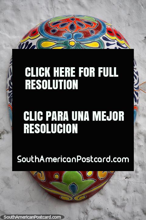 Máscara de cerámica marrón de una serie de máscaras con diferentes diseños en Guatavita. (480x720px). Colombia, Sudamerica.