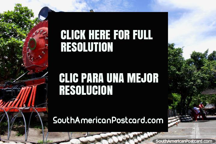 O grande trem preto e vermelho em Girardot treina o parque. (720x480px). Colômbia, América do Sul.