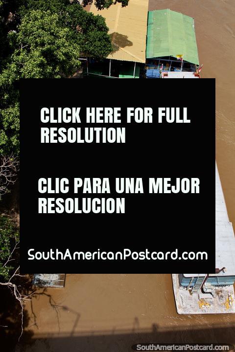 O rio motorizado navega em canoa na luz solar no Rio de Magdalena em Girardot. (480x720px). Colômbia, América do Sul.