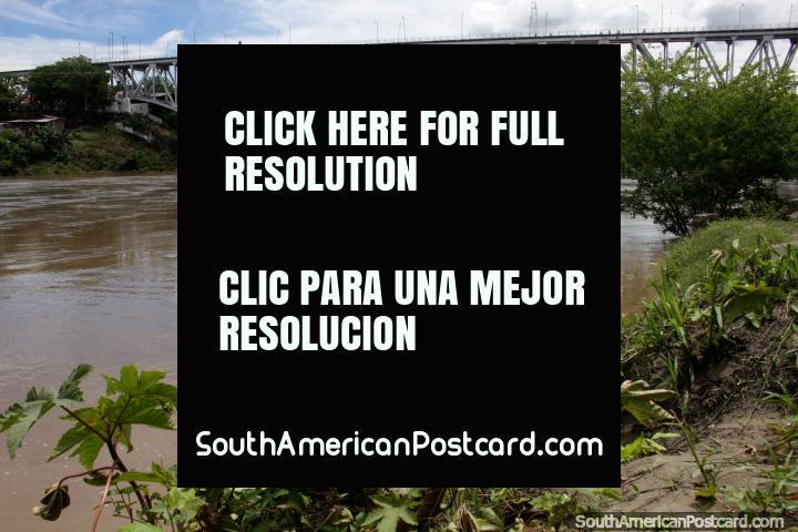Al lado del Río Magdalena, vista del antiguo puente ferroviario construido en 1925, Girardot. (720x480px). Colombia, Sudamerica.