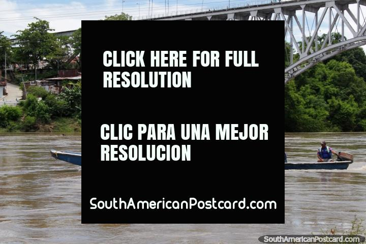 Pessoas cabeça fora em uma excursão de rio no Rio de Magdalena em Girardot, parece ao divertimento. (720x480px). Colômbia, América do Sul.