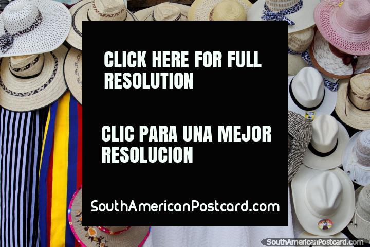 Gama de sombreros, mujeres y hombres, disponible en la Plaza de Mercado en Girardot. (720x480px). Colombia, Sudamerica.