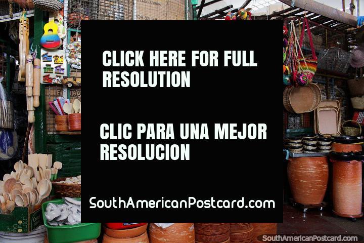 Cerámica, artesanías y utensilios de cocina de madera en Plaza de Mercado, Girardot. (720x480px). Colombia, Sudamerica.