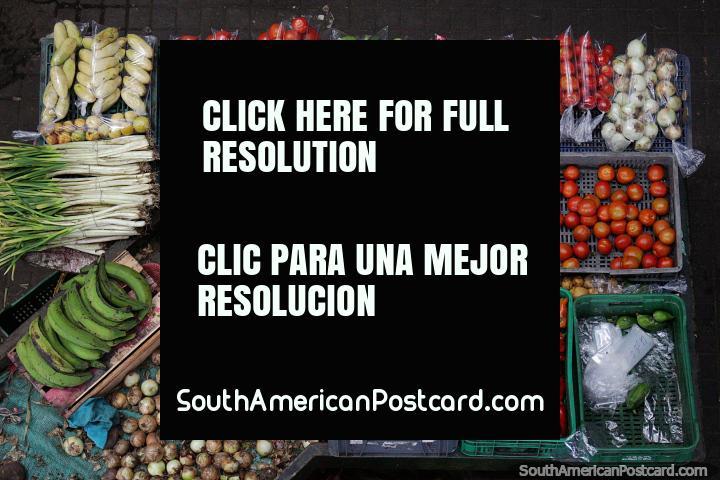 Tomates, cenouras, cebolas e outras verduras de venda em Market Praça em Girardot. (720x480px). Colômbia, América do Sul.