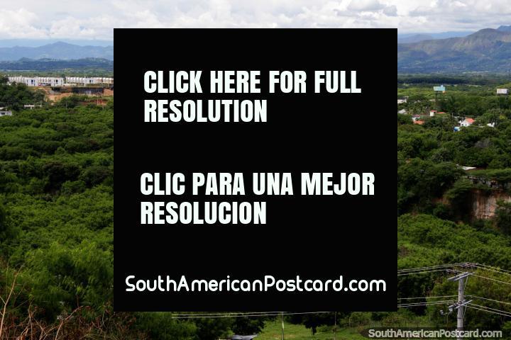 Selva verde y montañas que rodean Girardot, a 3 horas y 30 minutos al oeste de Bogotá. (720x480px). Colombia, Sudamerica.