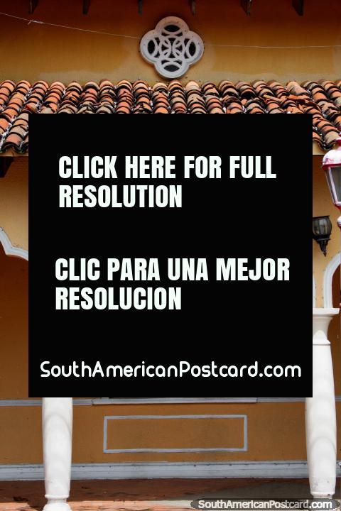 Bela fachada com arcos e telhado coberto com telhas vermelho, o edifïcio de governo em Ricaurte perto de Girardot. (480x720px). Colômbia, América do Sul.