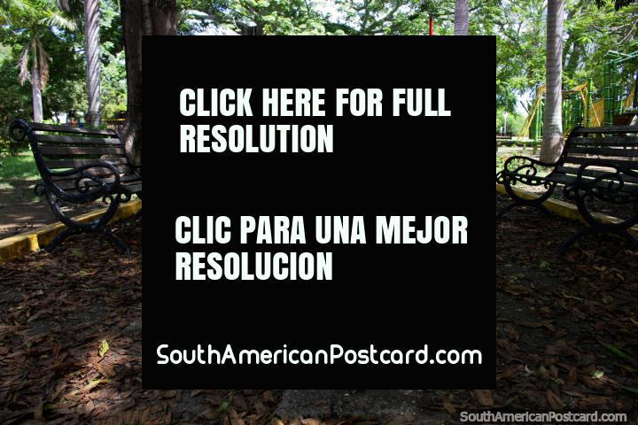 Grande parque em Ricaurte com muita sombra, assentos e com lâmpadas de iluminação vermelhas, perto de Girardot. (720x480px). Colômbia, América do Sul.