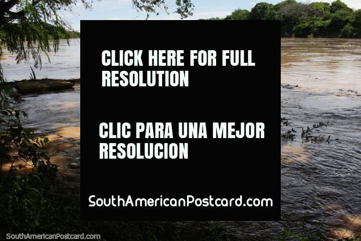 O Rio de Magdalena poderoso, examine da área de porto em Ricaurte, um lugar perto de Girardot. (720x480px). Colômbia, América do Sul.