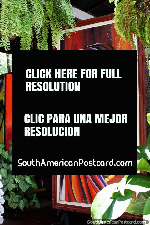 Hermosa mujer con tocado y perlas de colores alrededor de su cuello, pintando en el Restaurante La Maloca, Ricaurte, Girardot. (480x720px). Colombia, Sudamerica.