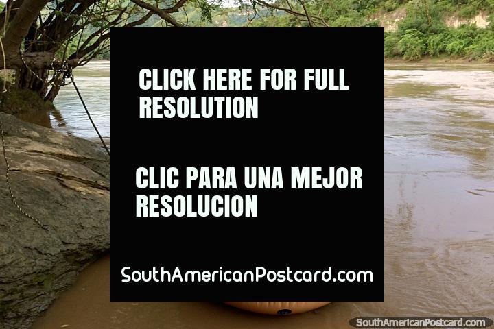 Todo listo para remar por el Río Magdalena en un bote hinchable en la región selvática de Girardot. (720x480px). Colombia, Sudamerica.