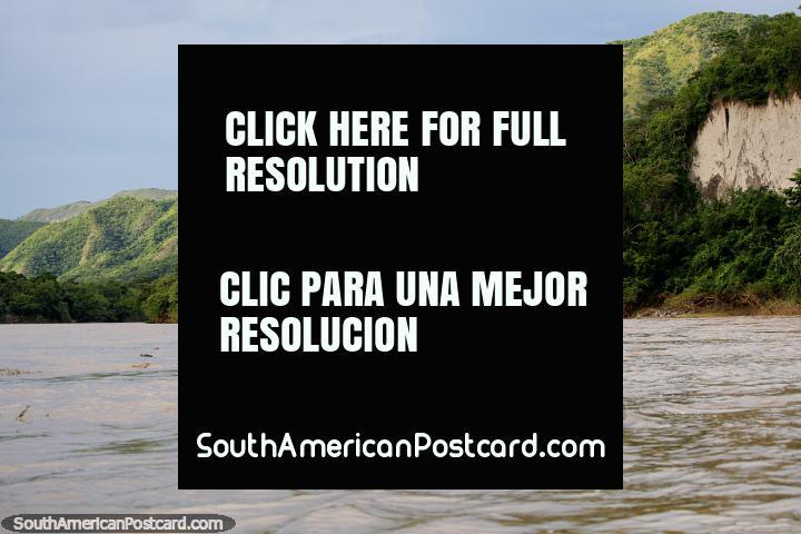 Tarde de tarde no rio em Girardot com as belas colinas verdes que incandescem ao sol. (720x480px). Colômbia, América do Sul.