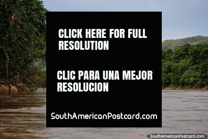 Hermosas colinas verdes y terreno junto al Río Magdalena alrededor de Girardot. (720x480px). Colombia, Sudamerica.