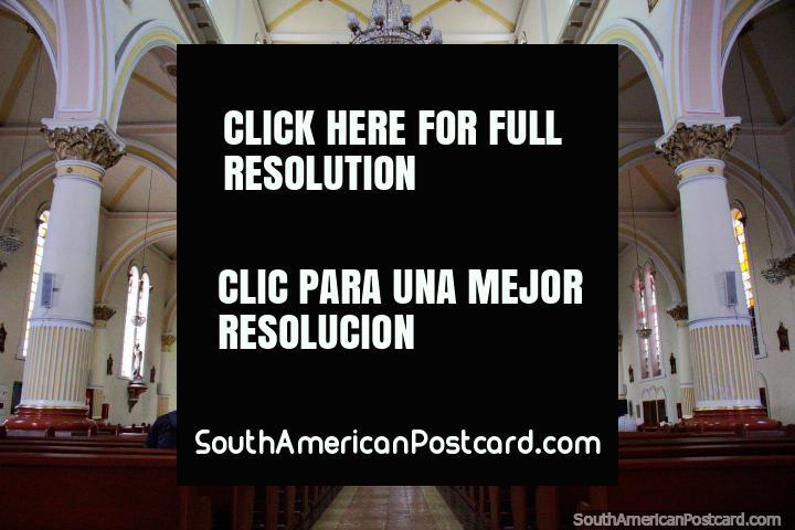 Colunas e arcadas, o interior do Santuario do Senor dos Milagros, igreja em Ibague. (720x480px). Colômbia, América do Sul.