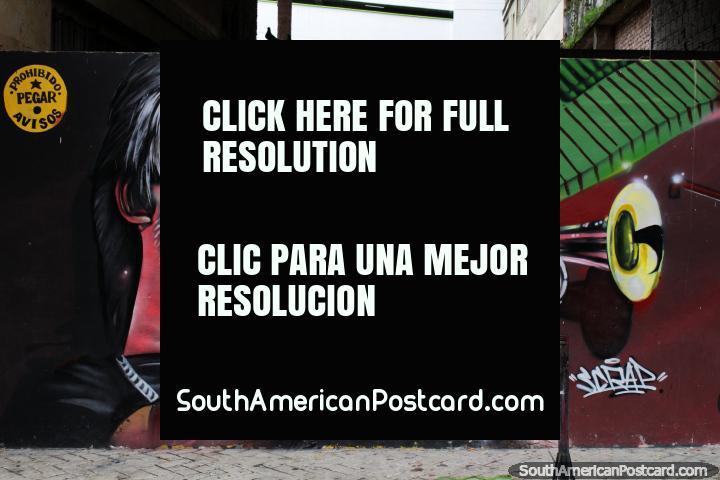 El hombre sopla una trompeta, arte callejero en la capital de la música de Ibagué. (720x480px). Colombia, Sudamerica.