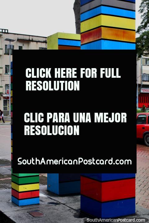 Columnas, uma obra de arte coreana junto de Praça Bolivar em Ibague, 3 colunas coloridas. (480x720px). Colômbia, América do Sul.