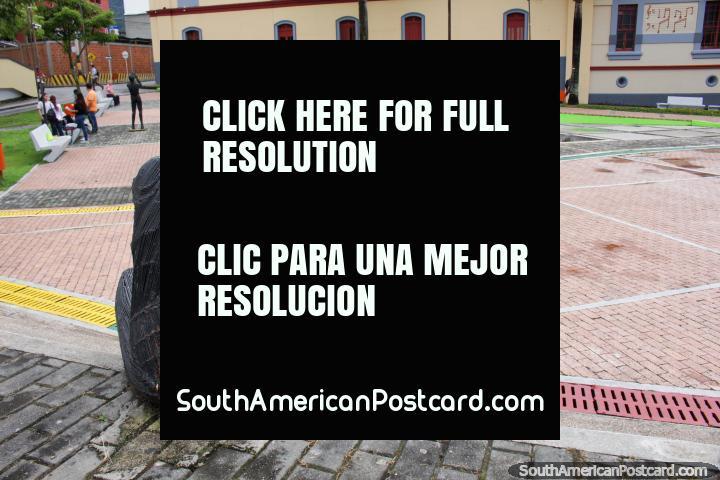El Parque de la Música en Ibagué presenta figuras de hierro negro tocando instrumentos. (720x480px). Colombia, Sudamerica.