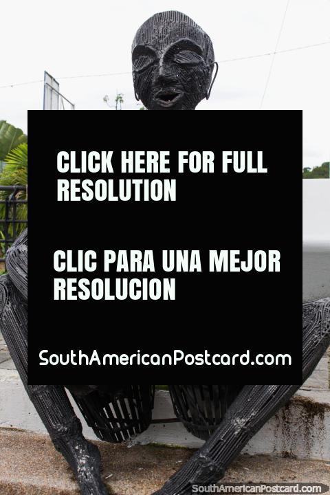Este homem de ferro toca tambores de bongô no Parque da Música em Ibague, capital de música. (480x720px). Colômbia, América do Sul.