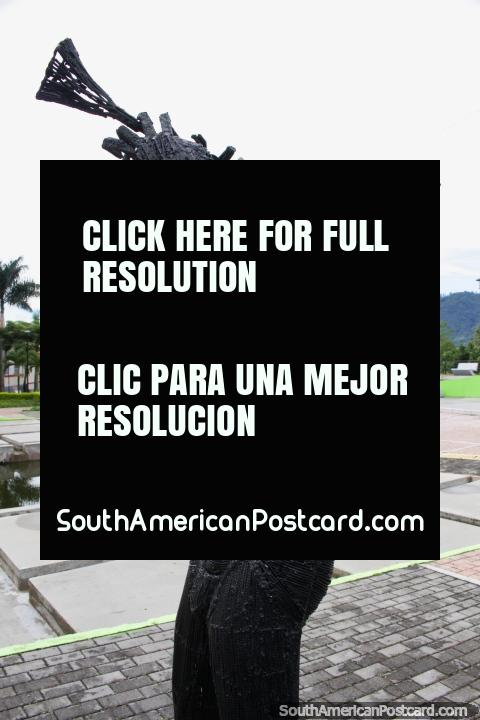 El hombre de hierro toca la trompeta hacia el cielo en el Parque de la Música en Ibagué. (480x720px). Colombia, Sudamerica.