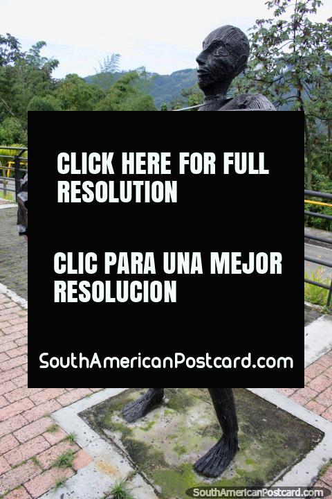 O homem de ferro bate o grande tambor baixo, um de várias figuras musicais no Parque da Música em Ibague. (480x720px). Colômbia, América do Sul.