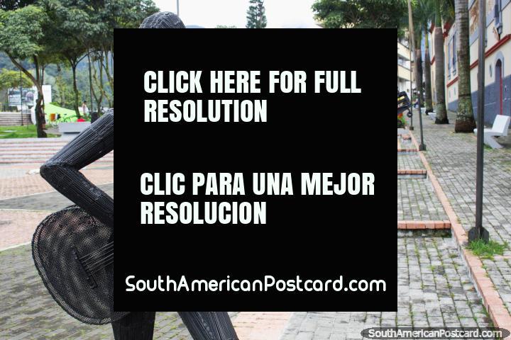 O guitarrista feito do ferro joga algumas frases musicais repetidas no Parque da Música em Ibague. (720x480px). Colômbia, América do Sul.