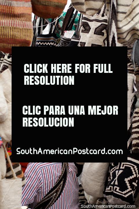 Amplia gama de bolsos Colombianos en blanco y negro en la Feria de Artes y Artesanías de Ibagué. (480x720px). Colombia, Sudamerica.