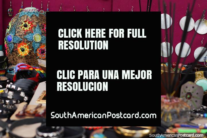 Artesanía y joyería de estilo Bohemio en la Feria de Artes y Artesanías de Ibagué. (720x480px). Colombia, Sudamerica.