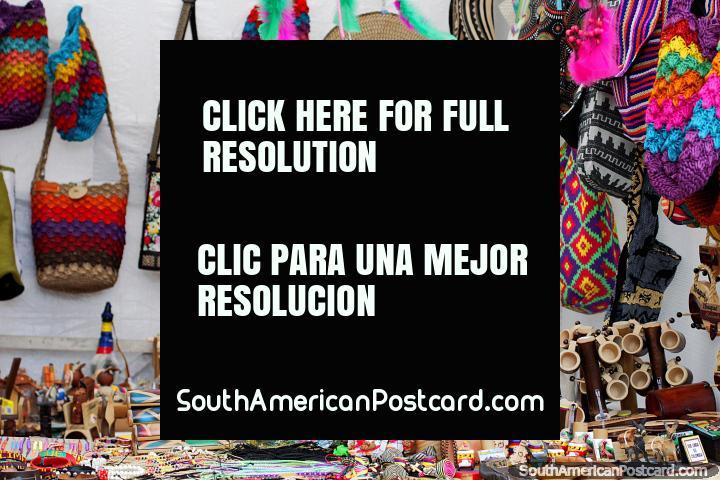 Clásicos sombreros Colombianos, bolsos y souvenirs para comprar en la Feria de Artes y Artesanías en Ibagué. (720x480px). Colombia, Sudamerica.