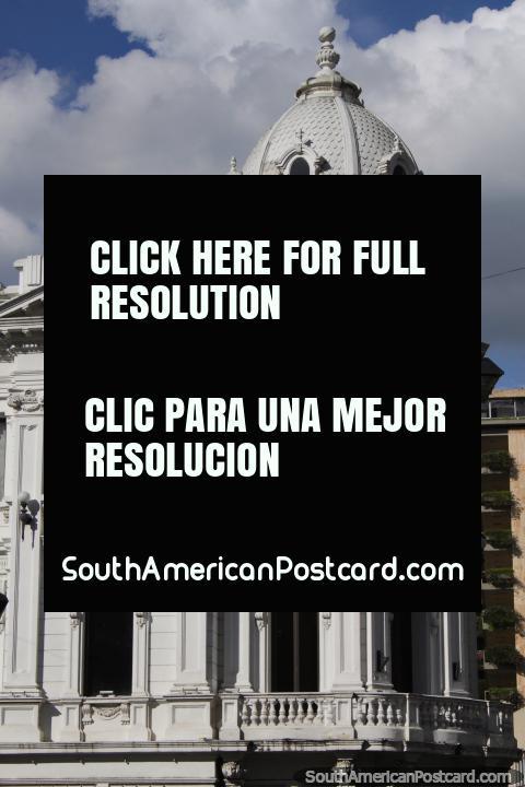 Edificio Otero en Plaza Cayzedo en Cali, fachada histórica con una cúpula, de color gris. (480x720px). Colombia, Sudamerica.