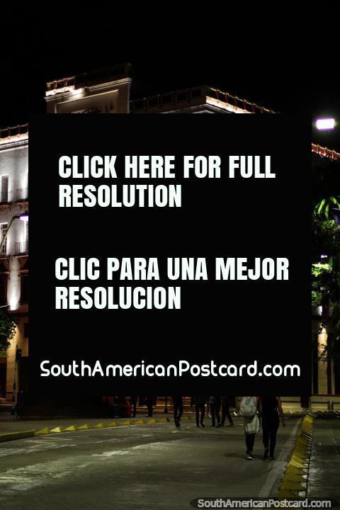 El edificio de Coltabaco en la noche con luces al lado de la Plaza de los Poetas en Cali. (480x720px). Colombia, Sudamerica.