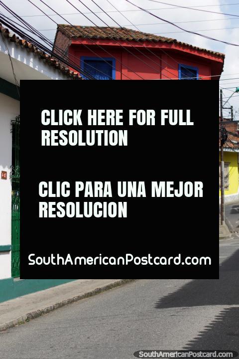 Pomposamente estético / vizinhança boêmia de San Antonio (o Bairro San Antonio), edifïcios coloridos, Cali. (480x720px). Colômbia, América do Sul.