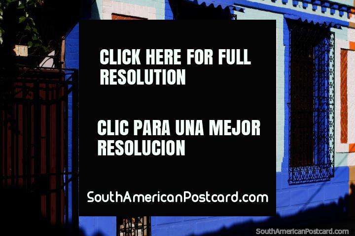 Colorida fachada azul con ventanas de hierro cubre en el Barrio de San Antonio en Cali. (720x480px). Colombia, Sudamerica.