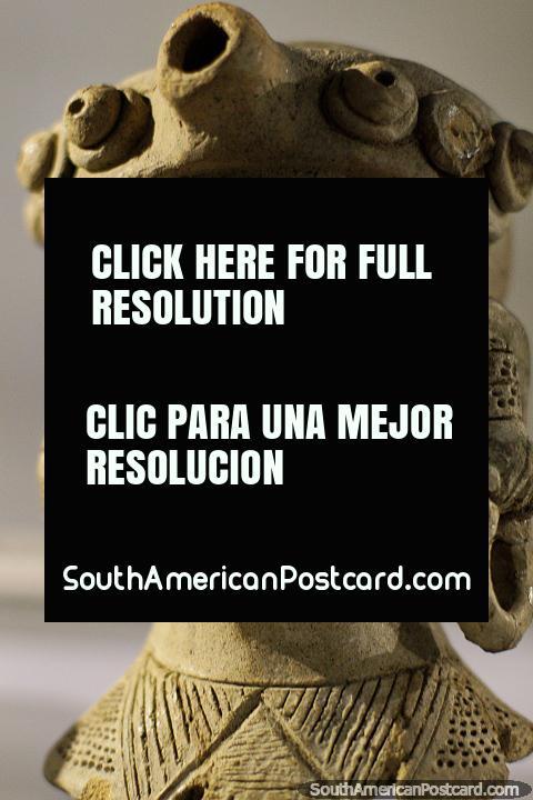 Cerâmica pré-relativa-aos-EUA intricada em monitor em Museu Arqueológico de La Merced em Cali. (480x720px). Colômbia, América do Sul.