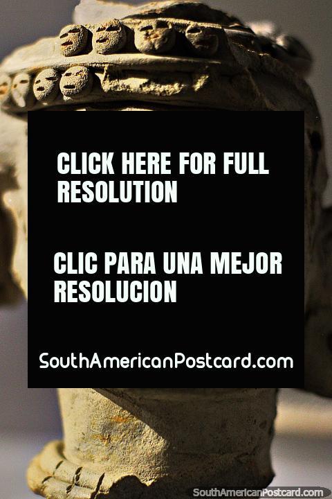 Cerámica similar a una calavera, caras redondas pequeñas arriba, Museo Arqueológico La Merced, Cali. (480x720px). Colombia, Sudamerica.