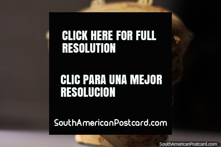 Cabeza bellamente elaborada hecha de cerámica en el Museo Arqueológico La Merced en Cali. (720x480px). Colombia, Sudamerica.