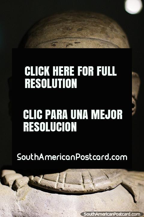 Cerâmica assombrosa de caras, pré-relativas-aos-EUA, Museu Arqueológico de La Merced, Cali. (480x720px). Colômbia, América do Sul.