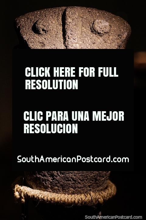 Tallado en roca, una figura solitaria en exhibición en el Museo Arqueológico La Merced en Cali. (480x720px). Colombia, Sudamerica.