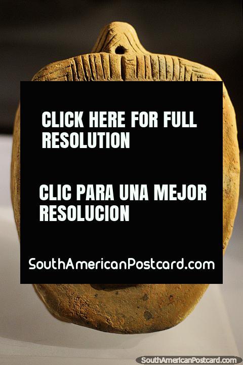 Dudar, preguntar, sentir, mirar de cerca: cerámica precolombina en el Museo Arqueológico La Merced en Cali. (480x720px). Colombia, Sudamerica.