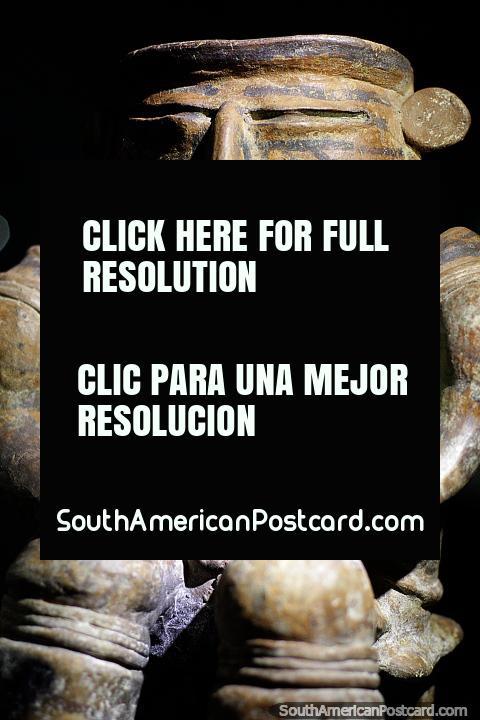 Homem que se senta em um assento, um pouco da cerâmica assombrosa vê em Museu Arqueológico de La Merced em Cali. (480x720px). Colômbia, América do Sul.