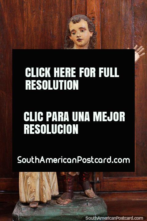 Antiguas figuras religiosas se paran una al lado de la otra en el Museo de Arte Religioso La Merced en Cali. (480x720px). Colombia, Sudamerica.