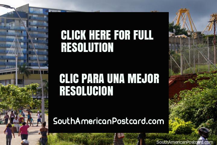 Área del parque entre la catedral y el puerto en Buenaventura con edificios y flora tropical verde. (720x480px). Colombia, Sudamerica.