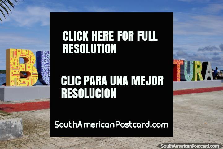 Seja bem-vindo a Buenaventura, o enorme sinal colorido no parque de praia com enormes cartas. (720x480px). Colômbia, América do Sul.