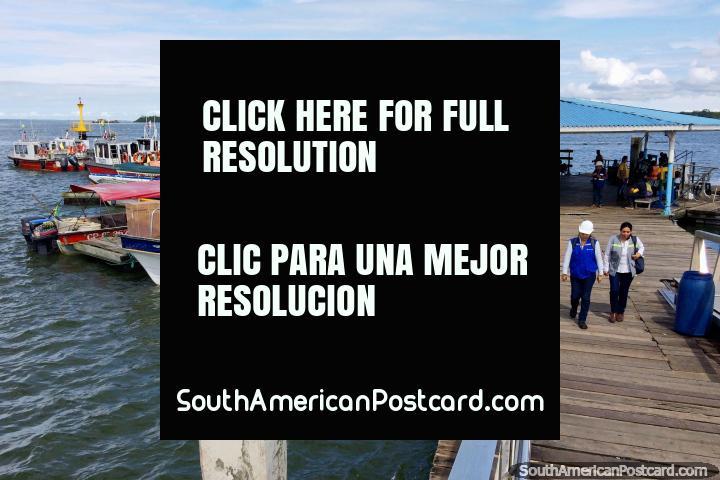 Cais turïstico em Buenaventura com barcos para tomar pessoas a praias em direção ao norte e lugares em volta. (720x480px). Colômbia, América do Sul.
