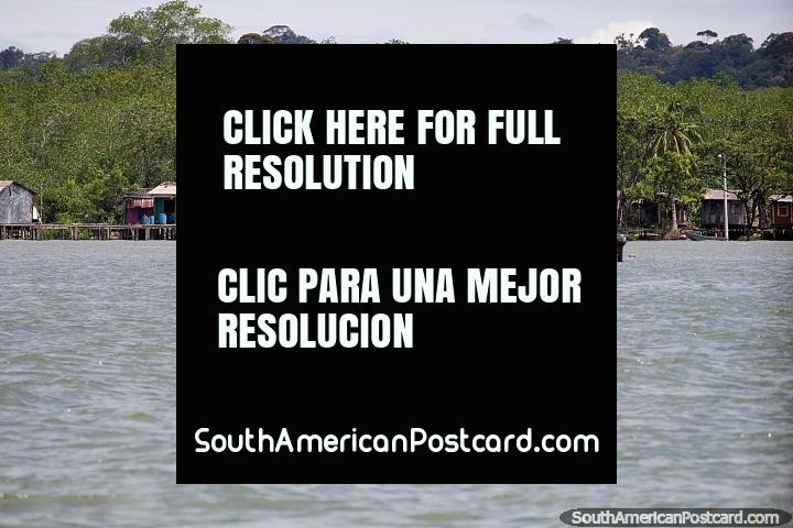 Chozas junto al mar, algunas con barriles de gasolina, frente a la costa de Buenaventura. (720x480px). Colombia, Sudamerica.