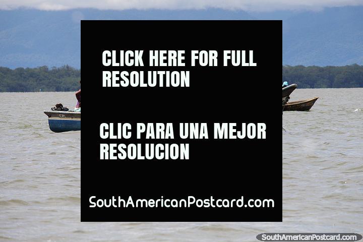 Os pescadores da costa de Buenaventura puxam em redes de pesca. (720x480px). Colômbia, América do Sul.