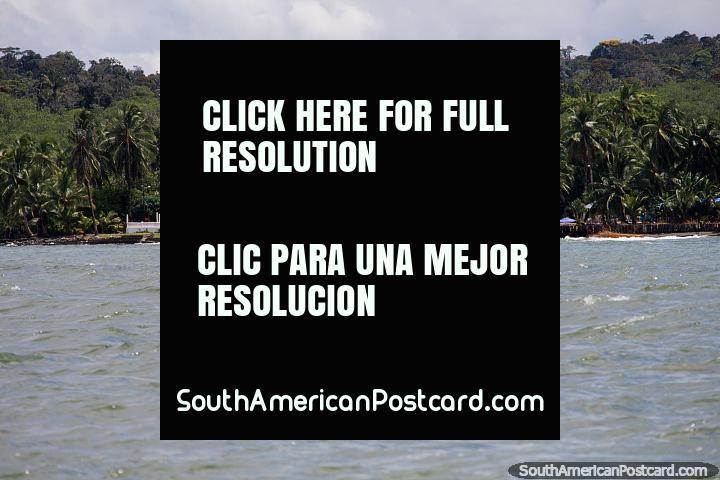 Hotel El Galeon está entre o mar e mato da costa de Buenaventura. (720x480px). Colômbia, América do Sul.