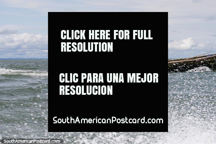 Barcos que zumbem de cima para baixo da costa de Buenaventura, borrifo de água. (720x480px). Colômbia, América do Sul.