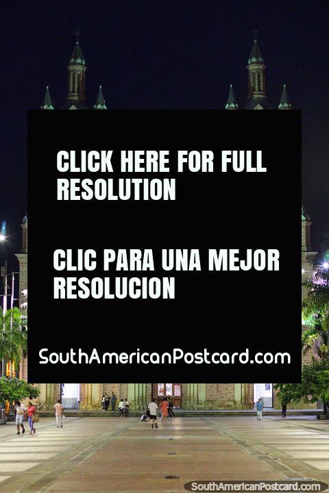 Basilica do Senor dos Milagros em Buga a noite com mais de 3 milhões de peregrinos cada ano. (480x720px). Colômbia, América do Sul.