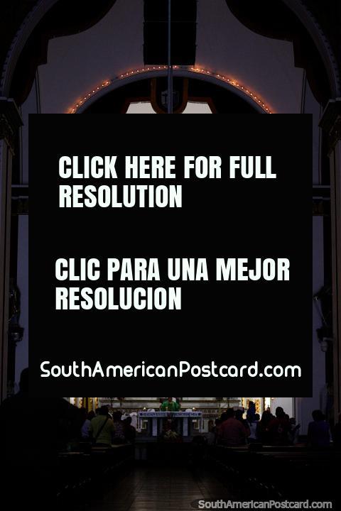 Dentro da catedral famosa em Buga a noite com bela iluminação - Basilica do Senor dos Milagros. (480x720px). Colômbia, América do Sul.