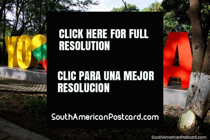 Eu Amor Buga, sinal colorido no parque. Buga está entre Cali e a Armênia. (720x480px). Colômbia, América do Sul.