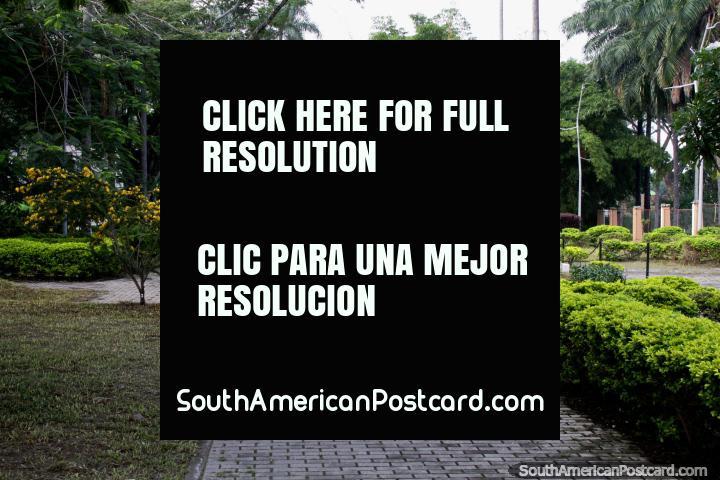El Parque Simón Bolívar alias Paso de las Almas: las siluetas de las mujeres que recogen agua las hicieron parecer almas perdidas, Buga. (720x480px). Colombia, Sudamerica.